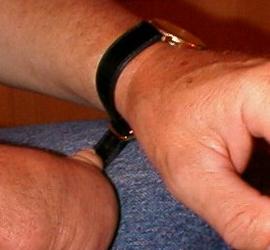 Att sätta på armbandur - steg 2